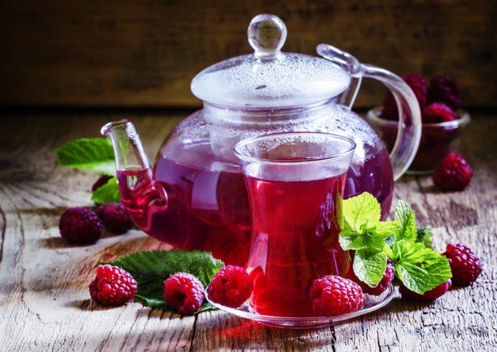 Гарячий малиновий чай при застуді